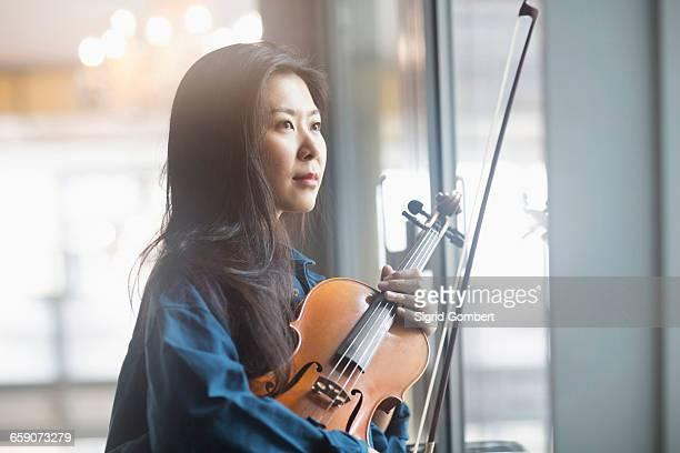 young woman playing violin, freiburg im breisgau, baden-württemberg, germany - darstellender künstler stock-fotos und bilder