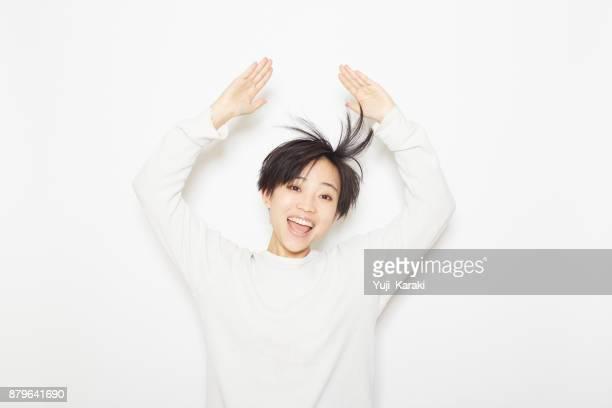 彼女は髪を演奏若い女性 - ショートヘア ストックフォトと画像