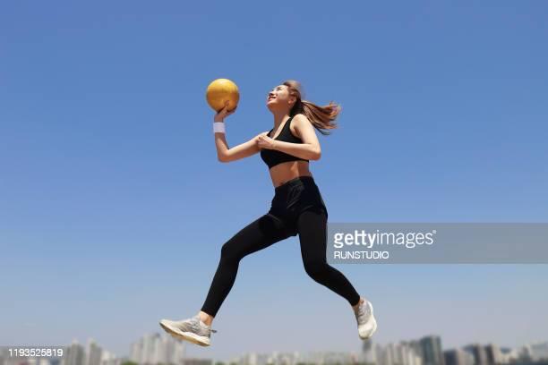 young woman playing with volleyball - strandvolleyball spielerin stock-fotos und bilder