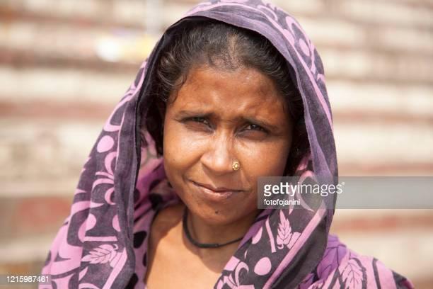 young woman portarit in the day time, in varanasi - fotofojanini foto e immagini stock