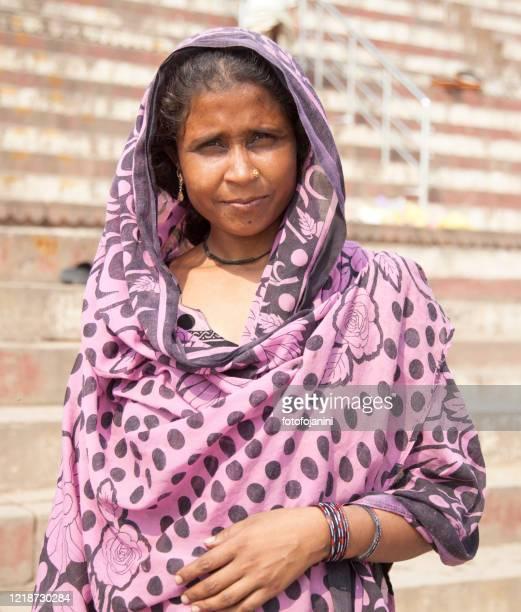young woman portrait in the day time, in varanasi - fotofojanini foto e immagini stock
