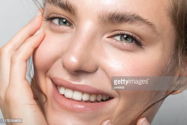 verticale de jeune femme - belle femme photos et images de collection
