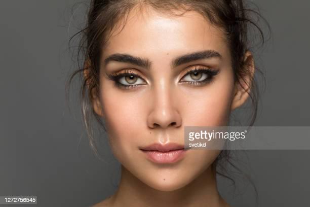 若い女性の肖像画 - アイメイク ストックフォトと画像