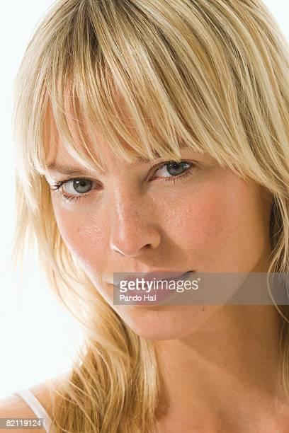 young woman, portrait - franja estilo de cabelo - fotografias e filmes do acervo