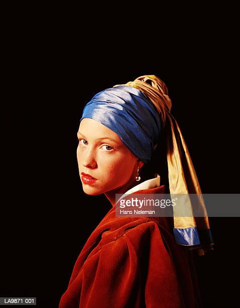 young woman posing as 'girl with a pearl earring' by jan vermeer - ohrring stock-fotos und bilder