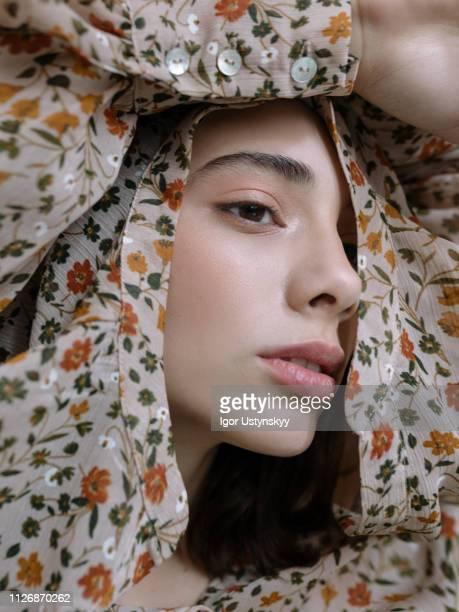 young woman posing in studio - modella per artisti foto e immagini stock