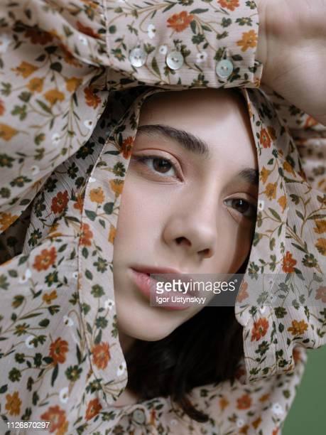 young woman posing in studio - modelo vivo imagens e fotografias de stock