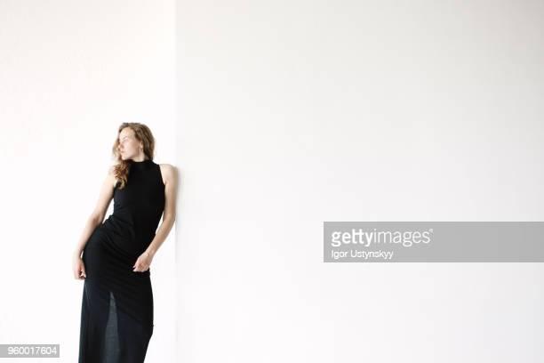 young woman posing in studio - só adultos imagens e fotografias de stock