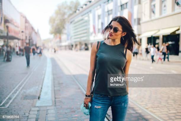 jovem mulher posando nas ruas de freiburg, alemanha - calças justas - fotografias e filmes do acervo