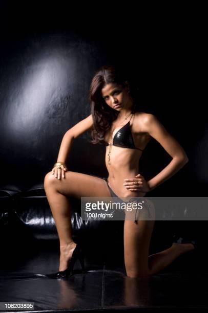 Junge Frau posieren in schwarzer Bikini und Gold Schmuck