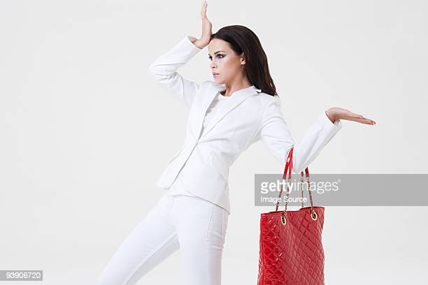 Jovem mulher Posando com Mala
