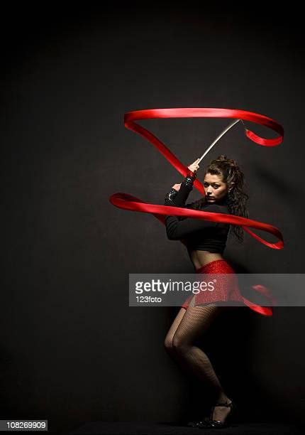 jeune femme posant avec ruban faire gymnastique rythmique et sportive - gymnastique au sol photos et images de collection