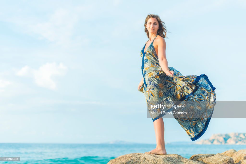 A young woman possing at the beach : Foto de stock