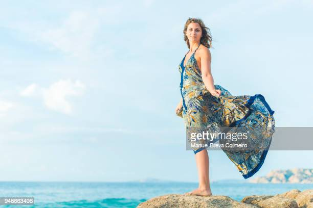 a young woman possing at the beach - sleeveless dress - fotografias e filmes do acervo