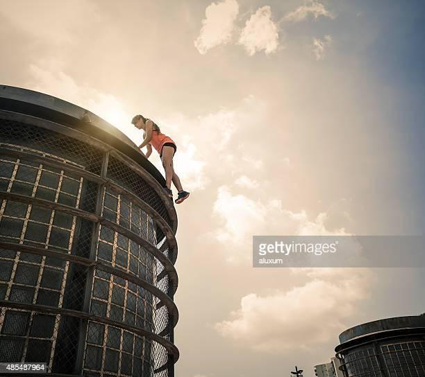 Jovem mulher praticar parkour na cidade