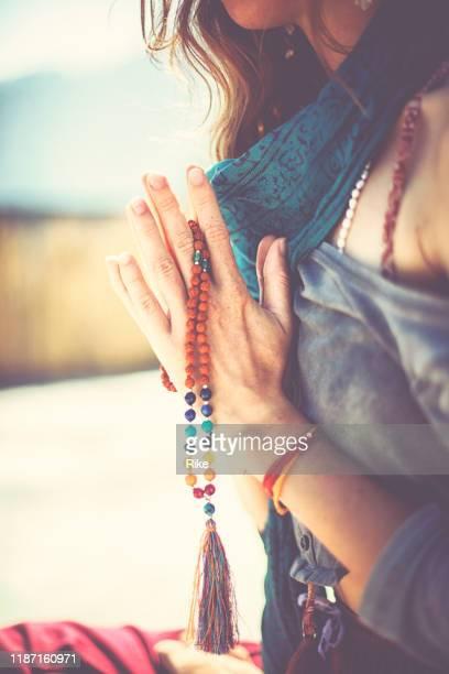 mujer joven practicando yoga y meditación bajo el sol de la india - espiritualidad fotografías e imágenes de stock