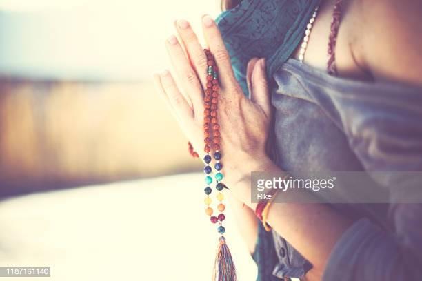 junge frau übt yoga und meditation in der sonne von indien - spirituality stock-fotos und bilder