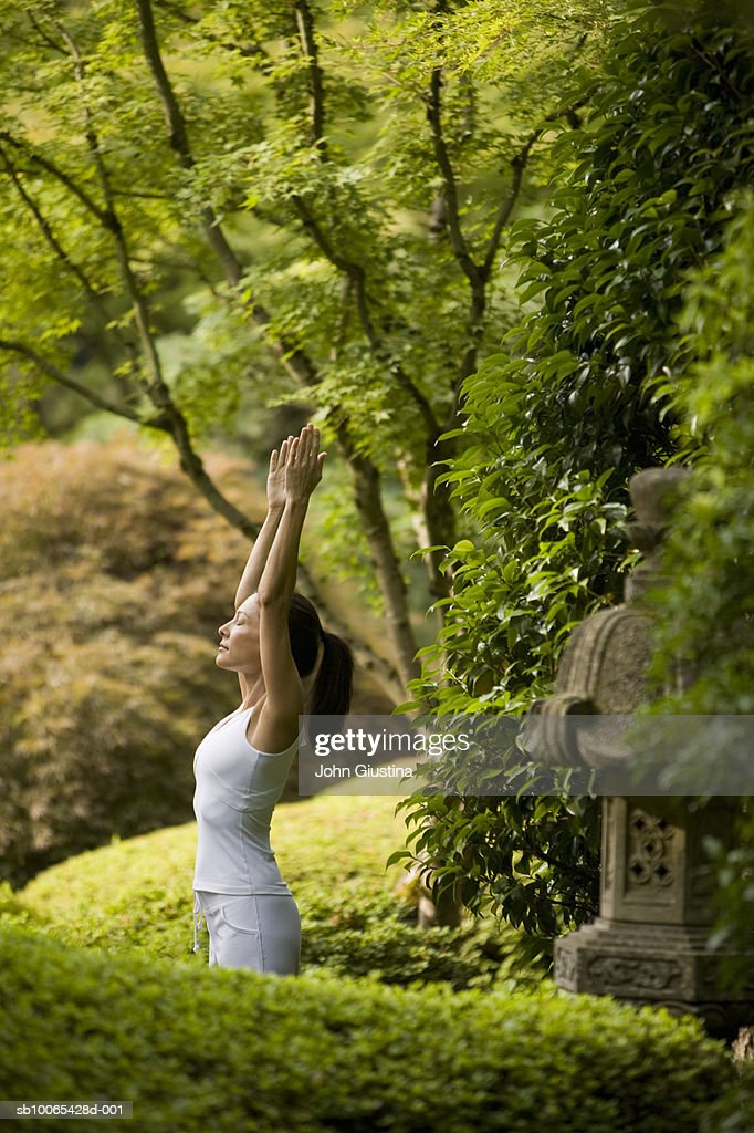 Young woman practicing yoga in Japanese garden : Foto stock