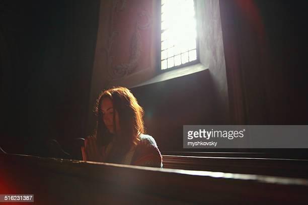 Junge Frau Beten in der Kirche