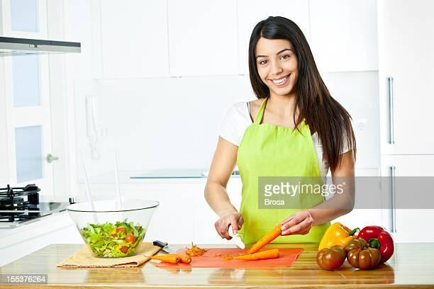 Jeune femme préparant une salade saine