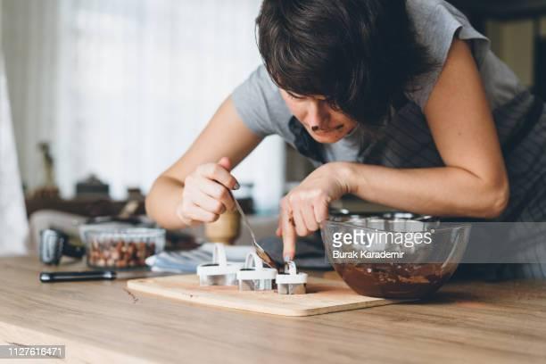 young woman preparing chocolate - perfektion stock-fotos und bilder