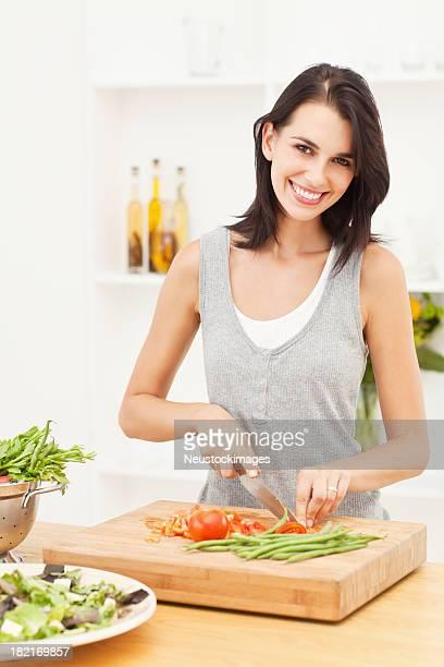 Junge Frau, die Zubereitung von Speisen in der Küche
