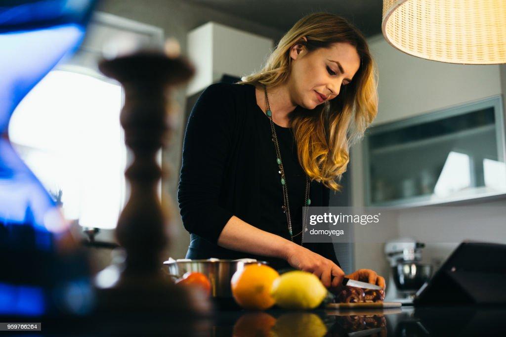 Junge Frau, die gesunde Zubereitung in der Küche und Lesung-Rezept : Stock-Foto