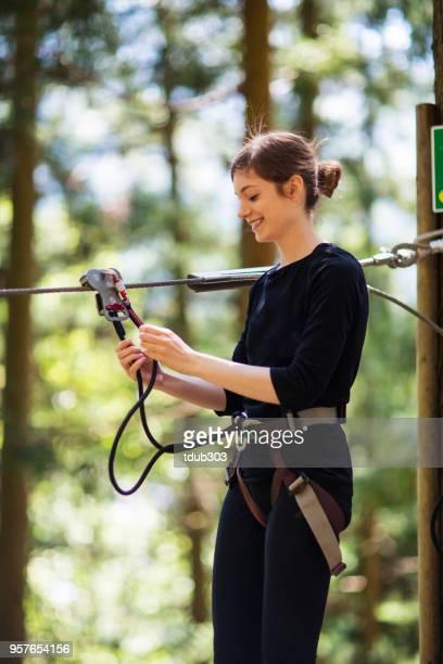 Jovem mulher se preparando para ir em uma linha de fecho de correr pela floresta