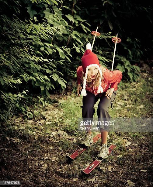 Jeune femme Mains en forme pour faire un peu de ski sans neige