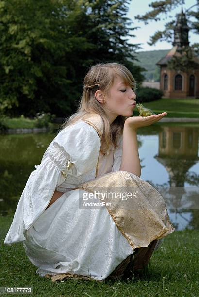 Junge Frau in der Nähe von Teich Princess Küssen Frog