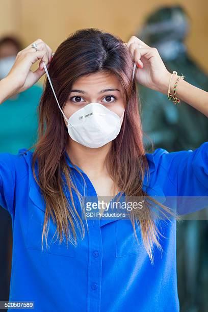 Junge Frau trägt medizinische Gesichtsmaske in Quarry