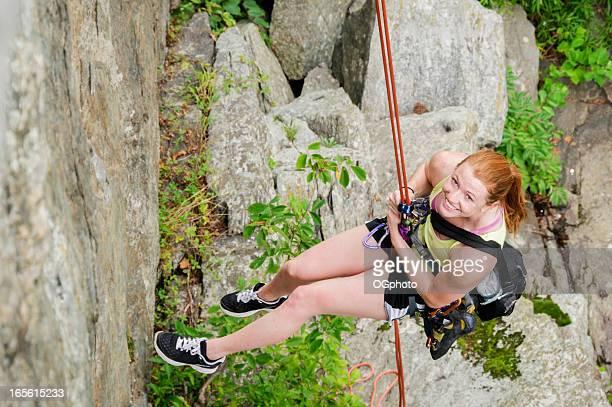 junge frau beim abseilen von cliff wand - ogphoto stock-fotos und bilder