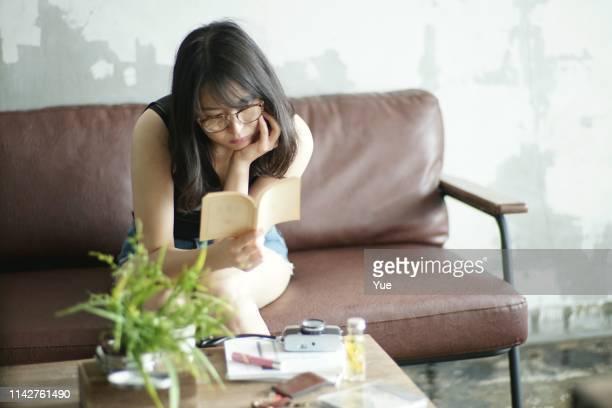 家で読書若い女性 - 余暇 ストックフォトと画像