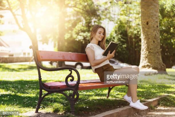 Joven, leer libro de Banco