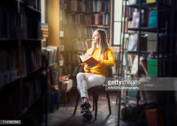 leitura da mulher nova na biblioteca - literatura - fotografias e filmes do acervo