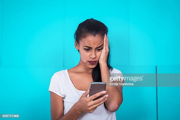 young woman receive bad text message - disappointment stock pictures, royalty-free photos & images