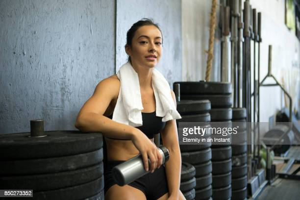 young woman relaxing after a workout - membro humano - fotografias e filmes do acervo