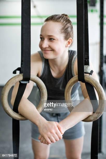 Junge Frau entspannend nach Gymnastik Ringen Training