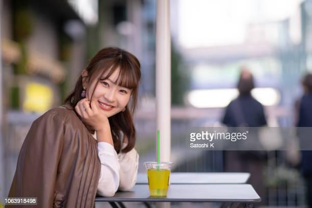 若い女性のオープン カフェでリラックス - 美しい人 ストックフォトと画像