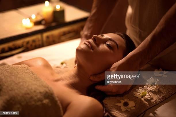 Junge Frau entspannen Sie im Spa und empfangen Kopfmassage.