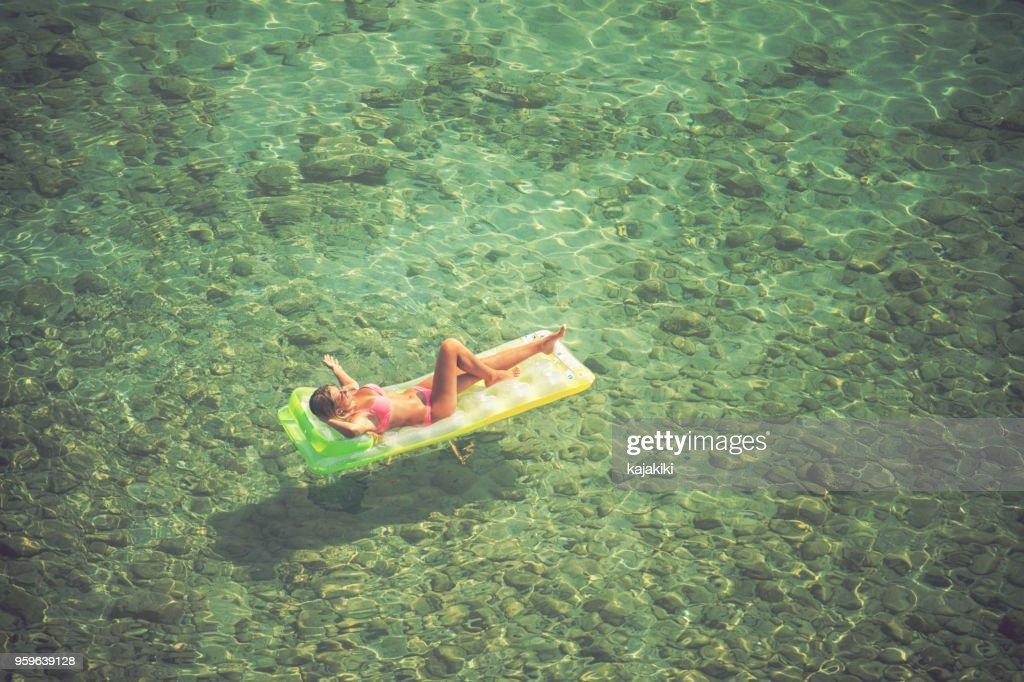 Junge Frau am Strand entspannen : Stock-Foto