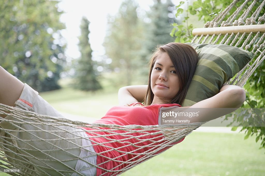 Young woman relaxing in hammock : Stock-Foto