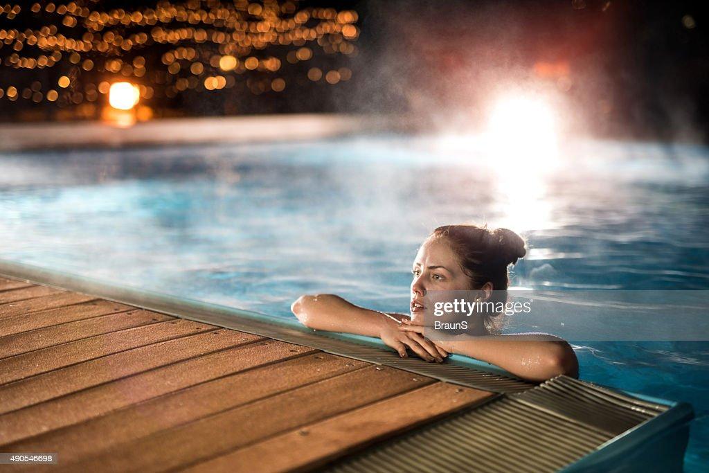 Mujer joven relajante en una piscina climatizada durante el invierno la noche foto de stock - Swimming pool leipzig ...