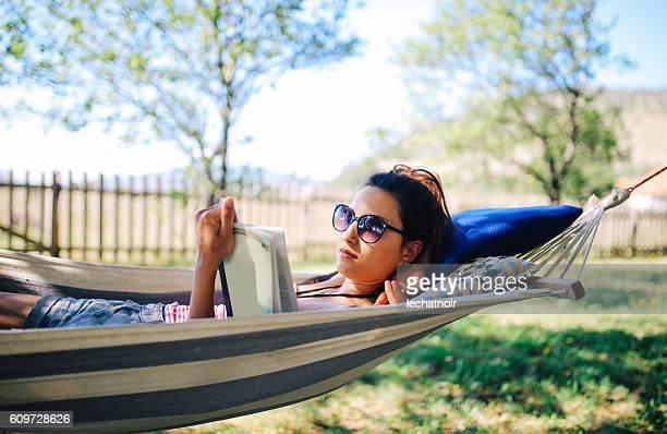 Junge Frau Entspannen in der Hängematte