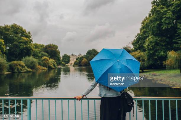 Junge Frau entspannend im öffentlichen Park London
