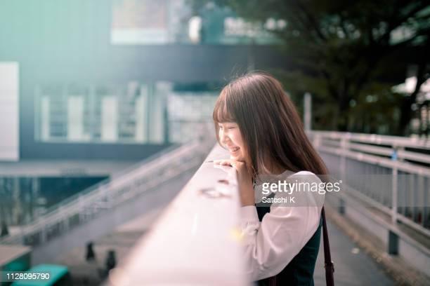 若い女性の pedestorian 橋でリラックス - 20 24歳 ストックフォトと画像
