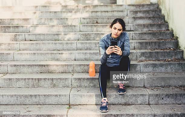 若い女性の後の休息でジョギング公園