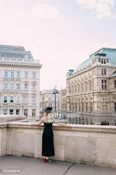 young woman resting in vienna - vienne autriche photos et images de collection