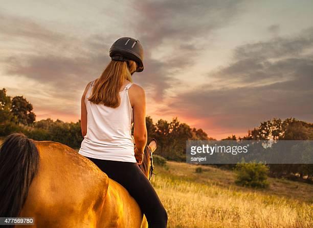 Junge Frau auf einem Pferd in der Natur