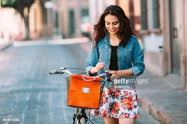 mujer joven montando bicicleta en méxico - mujeres mexicanas fotografías e imágenes de stock